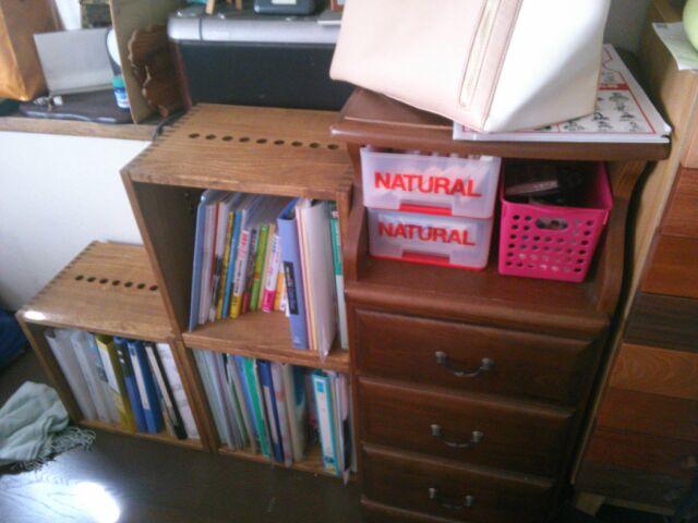 【この先どう増やそうか?】 リビングに置いてみました。今までは、結構奥行きのあるボードを置いていたのですが、これなら奥行きが幅を取らず、すっきりしました。この先、また、レイアウトを変えてみたりしたいですね。【子供部屋 無垢 木製 収納 ラック キューブ カラーボックス 本棚 絵本 おもちゃ 収納 図鑑 大型本】