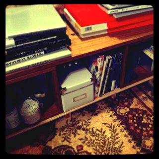 【ベッドサイドに】 SBOXふたつとパネル90でベッドサイドボードにしました。桐素材で軽量ながら雑誌をこれだけ積んでも大丈夫です。【子供部屋 無垢 木製 収納 ラック キューブ カラーボックス 本棚 絵本 おもちゃ 収納 図鑑 大型本】