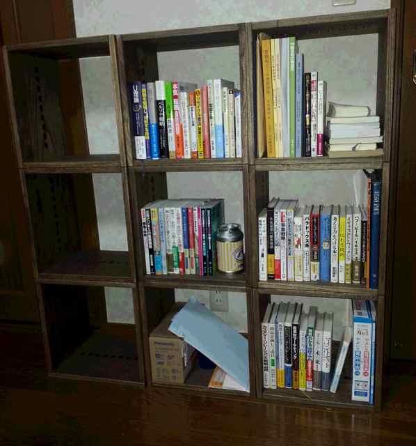 【久々に購入しました3】 ふんぱつしてもう一列増やしました。これで当分は整理にこまることはありません。壁の2辺なので囲まれている感じが少し出てきてとても良い雰囲気です。【子供部屋 無垢 木製 収納 ラック キューブ カラーボックス 本棚 絵本 おもちゃ 収納 図鑑 大型本】