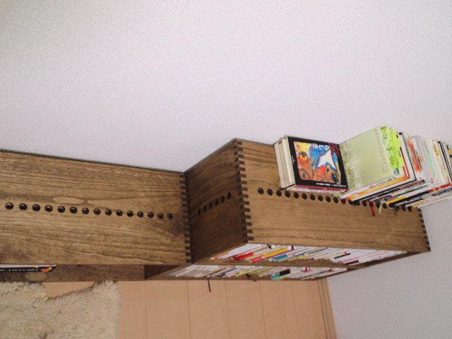【本の収納に】 MMボックスを三個購入しました。並べ方を変えたり、増やしていける点が、私にとって魅力でした。また、製品の高さ(内寸)が、単行本や文庫本収納に丁度よく、スペースの無駄なく収納できることも購入の決め手でした。今後も追加購入していく予定ですが、現時点では、ボックスの奥には単行本、手前に文庫本を、と二列に収納しています。気になる点は、ボックスを横に並べた際、ボックスとボックスの間に少し隙間ができることです。歪みかどうか、これから店舗に問合せしようと思います。【子供部屋 無垢 木製 収納 ラック キューブ カラーボックス 本棚 絵本 おもちゃ 収納 図鑑 大型本】