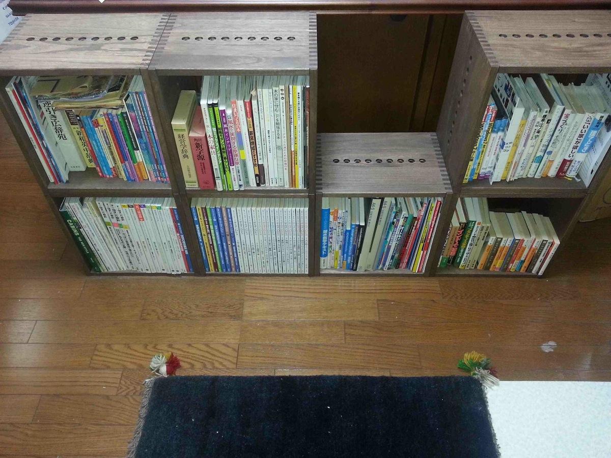 【空きスペースに追加2】 右側3個を追加購入しました。本棚として使用しています。色・大きさを同一にしたので整然とした感じがとても気に入っています。次は、アングルや大きさで変化を出すのも良いかと思っています。【子供部屋 無垢 木製 収納 ラック キューブ カラーボックス 本棚 絵本 おもちゃ 収納 図鑑 大型本】