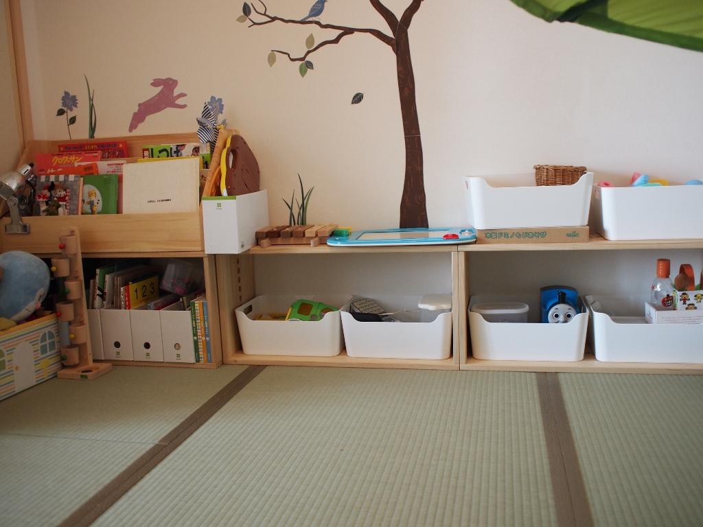 【子供部屋でおもちゃの整理に】 子供部屋(6畳和室)にLLBOXを3つ置きました。おもちゃの収納に使っています。一つ上には本棚を載せました。ちょうど良い大きさで圧迫感もなく、子供にとっても使いやすいようです。(お片付けも促しやすいです)おもちゃが増えたらボックスも追加できるし、使い勝手がいいなぁと思いました。ちょっとお値段がはったけど、大満足です!【子供部屋 無垢 木製 収納 ラック キューブ カラーボックス 本棚 絵本 おもちゃ 収納 図鑑 大型本】