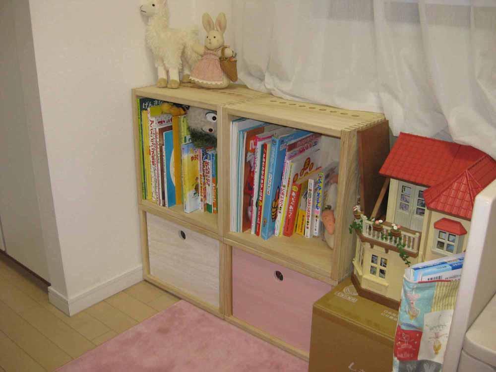 【子供部屋の書棚に】 小学校入学に向け、子供部屋の書棚として購入しました。L BOX(裏板付き)2個とM BOX2個(いずれもナチュラル)を組み合わせ、M BOXの中にフリーBOX 中(ホワイトとピンク)を入れています。机の色が白のためL BOXとM BOXはホワイトにしようか迷いましたが、ナチュラルで正解でした。フリーBOXの色もきれいでとても気に入っています。学習机と並べたところあと1列分のスペースがあることが確認できたので買い足そうと思っています。【子供部屋 無垢 木製 収納 ラック キューブ カラーボックス 本棚 絵本 おもちゃ 収納 図鑑 大型本】