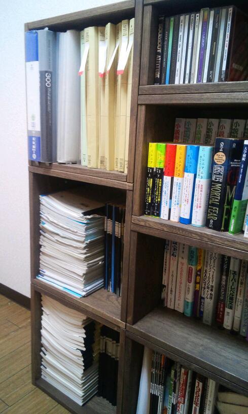 【引っ越しが多い我が家には大変便利です】 1年ほど前に初めて本棚用にいくつか購入したのですが、大変使い勝手がよかったため、Lボックスを追加で購入しました。引っ越しが多いため、組み合わせが自由に変更できるのが便利で気にいっています。今回購入したLボックスのうち一部を、ベットとクローゼットのわずかな隙間に設置し、収納スペースを増やしました。また、残りは本棚スペースの拡張に使いました。【子供部屋 無垢 木製 収納 ラック キューブ カラーボックス 本棚 絵本 おもちゃ 収納 図鑑 大型本】