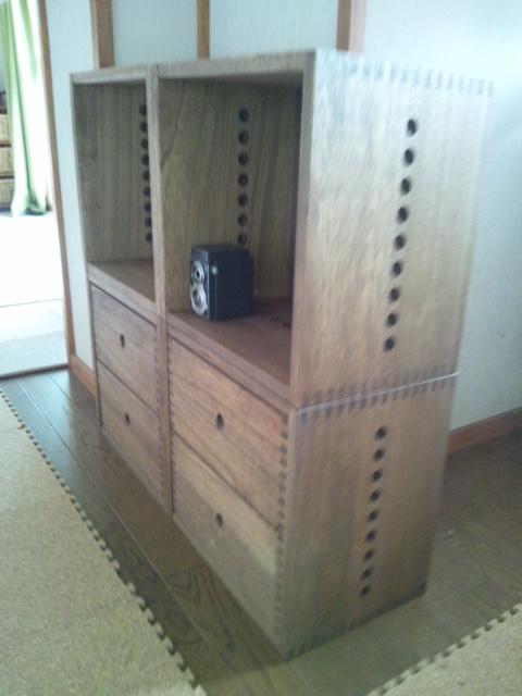 【子供の学校コーナーに】 小学校入学を機に、教科書や文房具をしまうコーナーを作りました。この上にランドセルを載せ、壁面にコルクボードをつけたら完成です。Vineシリーズの購入もこれで4度目。家族の形態に合わせて、自由に形を変えていきたいと思います。【子供部屋 無垢 木製 収納 ラック キューブ カラーボックス 本棚 絵本 おもちゃ 収納 図鑑 大型本】