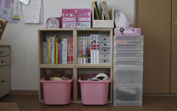 【子供の持ち物入れに】 小学校1年生になる娘用に、個人の持ち物収納BOXとして購入しました。最初はカラーボックスも考えていましたが、欲しいサイズがこちらのBOXがピッタリだったので、割高ではありましたが、後に増やすことも考えてこちらにしました。無印の小物収納BOXがピッタリと収まった時は、嬉しい悲鳴でした!【子供部屋 無垢 木製 収納 ラック キューブ カラーボックス 本棚 絵本 おもちゃ 収納 図鑑 大型本】