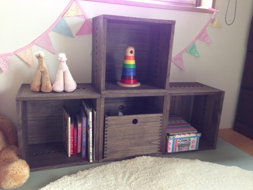 【和室にも似合う!】 色に悩みましたがダークを購入。ダークは全体の印象が暗くなってしまうかなと迷っていたのですが、素材感が生かされたBOXなので、むしろ古民家に置いてあるような温かみを感じる和室になり、大変気にっています。今はもうすぐ1歳になる娘のおもちゃや絵本の収納用に使用。家具においては、長く愛用できるもの選んでいきたいと思っていて、質感にこだわってこちらに辿り着いたのですが、もうちょっとだけお安ければ尚嬉しかったなぁ。でも、必要に応じてBOXや引き出し等を追加して将来的には子供の机にしたり自分の生活に合った取り入れ方が出来たり、総合的に満足です!【子供部屋 無垢 木製 収納 ラック キューブ カラーボックス 本棚 絵本 おもちゃ 収納 図鑑 大型本】
