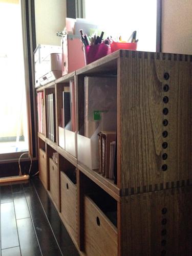 【追加】 前回引っ越しを期にLボックスとフリーボックスで仕事用の物を入れる棚を作りました。かなり収納力がアップしたのですが、それでも溢れるものがあったのでもう一列追加注文しました。縦2×横3から縦2×横4になりました。一列増えて、収納も充分になり、棚の上のスペースも花を置けるくらいの余裕ができました。また、部屋の広さにもよると思いますが、4列あると見た目にも安定感がありいいバランスです。机なんかとも色が合っていて、いい仕事場となりました。別途、先日の価格変更前にかけこみで注文したLボックスも数日前にやっと届き、今反対側の壁面に趣味の本棚を作っています。またいつか模様替えしたり引越したりする時には、階段状に並べたり、間仕切りにしたり違う使い方もしてみたいです。【子供部屋 無垢 木製 収納 ラック キューブ カラーボックス 本棚 絵本 おもちゃ 収納 図鑑 大型本】