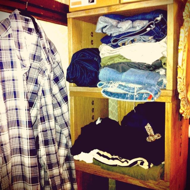 【服を収納】 服を収納しようと、今回購入分とは別に中ボックスも買おうかと思ってましたが、写真のようにそのまま収納しても汚く見えないのでこのままでも良いかなと思ってます。狭い部屋で積むことしか収納を出来ないので、このシリーズ重宝してます。【子供部屋 無垢 木製 収納 ラック キューブ カラーボックス 本棚 絵本 おもちゃ 収納 図鑑 大型本】