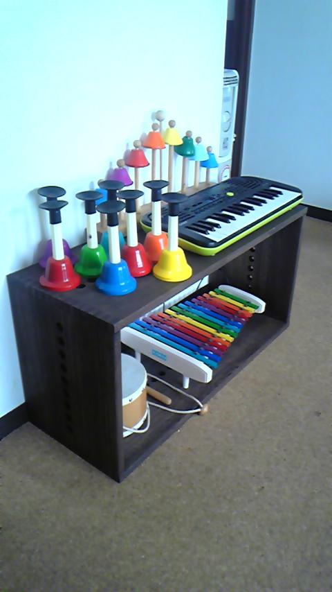 【楽器コーナーに】 音の出るおもちゃをまとめて置けました。LLHBOXと迷いましたが、キーボードや鉄琴の横幅を気にせず置けるよう、このタイプに。もう少し安ければうれしいと思っていましたが、実物を見ると、DIYでは到底まねできない造りですし、可動性、可変性について考え抜かれたデザインで十分納得できると思います。【子供部屋 無垢 木製 収納 ラック キューブ カラーボックス 本棚 絵本 おもちゃ 収納 図鑑 大型本】