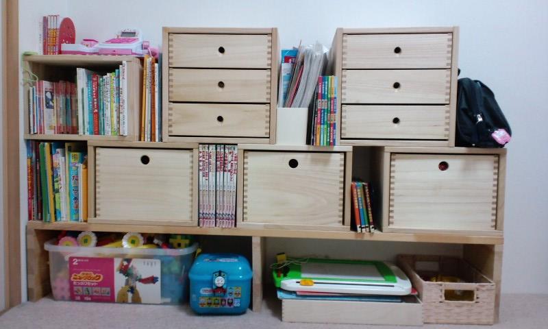 【子供達の絵本 おもちゃの整頓に、、、。】 以前も 棚を置いて収納していましたが、入りきらなくなってきたので、こちらの商品を購入しました。 勉強机などは置いてないので、ここに教科書類も収納したいと思います。 組み合わせ方に結構迷いましたが 少しずつ買い足して行こうと思います。 もう少しお値段が安いと嬉しいかな。【子供部屋 無垢 木製 収納 ラック キューブ カラーボックス 本棚 絵本 おもちゃ 収納 図鑑 大型本】