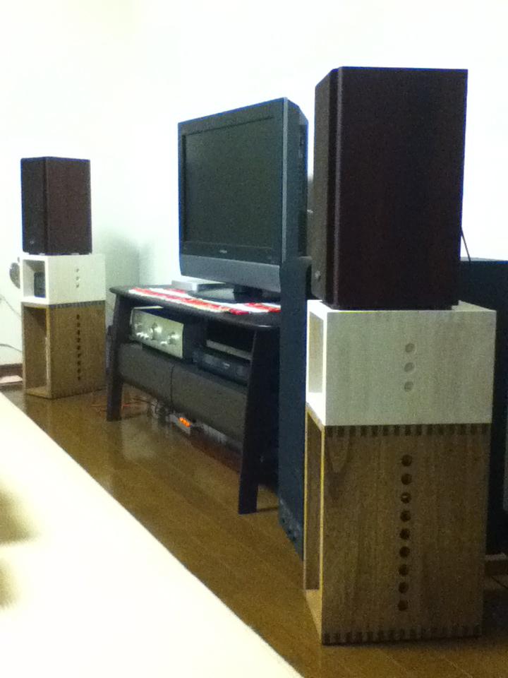 【満足です!】 I BOXのミディアムの上にプチ BOXのホワイトを乗せてスピーカーの台にしました。中にはDVDソフトなどを並べてみました。素材の木目が塗装の下に透けて見えるのでカジュアルな印象にはなりますが、安っぽさは全くありません。リビングのテレビの両脇に置きましたが、とてもステキです。合板ののっぺりした質感が大嫌いなので、多少の細かい凹凸も塗装の濃淡も接続のための穴も、味があってすごく気に入っています。また別の使い道が思いついたら、リピートします。【子供部屋 無垢 木製 収納 ラック キューブ カラーボックス 本棚 絵本 おもちゃ 収納 図鑑 大型本】