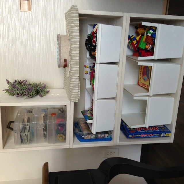 【リピートです】 LLとMと合わせて、リビングにおく厳選おもちゃを収納しています。子供3人で、子供部屋にまだ大量におもちゃがあるのですが、リビングにもおもちゃの場所を決めておくとその時よく遊ぶおもちゃを自分で片付けるので。子供部屋にもLLとMMを組み合わせておいてます。Mはお気に入りの本を数冊置けるように縦に置き、更にキッチンから自分が見たときも満足できるように(笑)ラベンダーリースなどを余ったジョイントにかけて飾っています。色はホワイト、気に入っていますが、ちょっと床にするとすぐ床に白いペンキが付きますので要注意です。軽いし、組み立てる必要がないのですぐに模様替えもできて重宝しています。【子供部屋 無垢 木製 収納 ラック キューブ カラーボックス 本棚 絵本 おもちゃ 収納 図鑑 大型本】