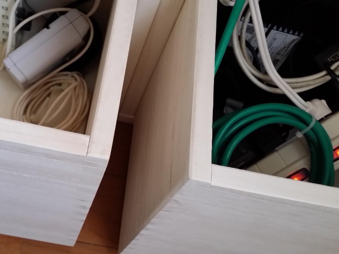 【モデムやルーター、配線の収納に。】 下段にはM BOXの裏板なしにフリーBOXをセットし、埃よけと、モデムやルーターや配線の収納に。上段は、収納した物が壁に当たらないように裏板付きのL BOXを。その上には複合機や充電中のノートパソコンなどを置いて。ホワイトにしましたが、木目が透けて良い色です。塗装してあっても木の良い香りがします。軽くて扱いやすいですし、連結もドライバーやコインで簡単に出来ます。ただ、2月に入ってすぐに注文し、届いたのが3月も終わる頃…。約2ヶ月も待ったので大変待ち遠しかったです。また、今後買い足したくても値上げしてしまったので慎重になってしまいます。とは言え、これから子供が大きくなったり生活が変わっても、組み替えたりして使い道が広がるのは、飽きっぽい私にはとっても良いです!【子供部屋 無垢 木製 収納 ラック キューブ カラーボックス 本棚 絵本 おもちゃ 収納 図鑑 大型本】