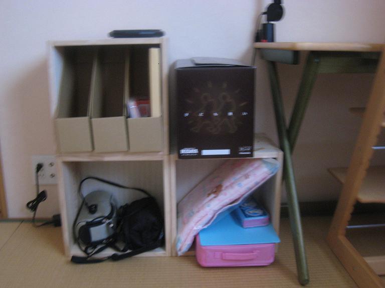 【教科書・ランドセル置き場】 小学校に入学する子供の教科書収納とランでセル置き場用に購入しました。3個をL字に組立て、上段に教科書やプリントを収納、下段にお道具箱や粘土板などを収納予定。お道具箱などはBOXより大きいため入りきりませんが、下段なのでそれほど気になりません。残りの2つは下の子供の絵本・パズル入れに使用しています。商品自体、少し雑な感じがあるので☆−1です。接合部が雑で、高さが全て同じ・・・という感じではないです。値段が高いだけに残念ですが5個中1個だけなので当たり外れなのかもしれません・・・。収納にまた買い足す予定です。【子供部屋 無垢 木製 収納 ラック キューブ カラーボックス 本棚 絵本 おもちゃ 収納 図鑑 大型本】