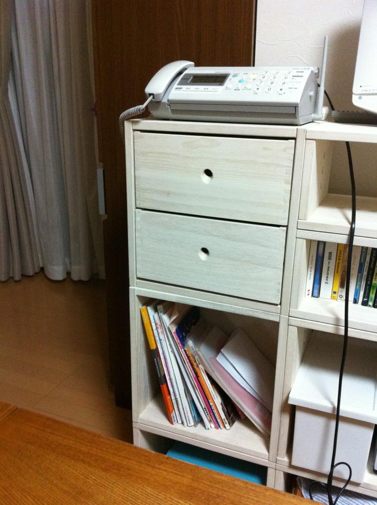 【シンプルですてきな家具】 前回三段の引出しを購入し、今回は深さのあるものを立てて収納したくて二段を購入しました。 一段目には文房具などを、二段目には薬や爪切りなどを収納しました。三段ではめんぼうが立てて収納できなかったので二段にしてめんぼうがたてて収納できるようになってすっきりしました☆【子供部屋 無垢 木製 収納 ラック キューブ カラーボックス 本棚 絵本 おもちゃ 収納 図鑑 大型本】
