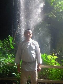 20130915赤城棚下の滝と私.JPG
