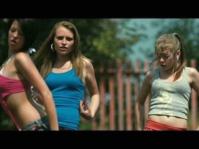 駐車場で踊る近所の少女たちとも折り合いが悪い