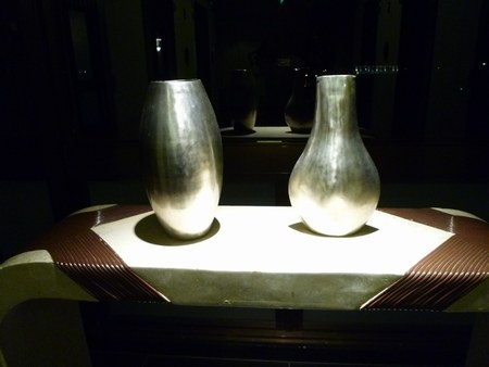 3ホテル 踊り場花瓶 450.jpg