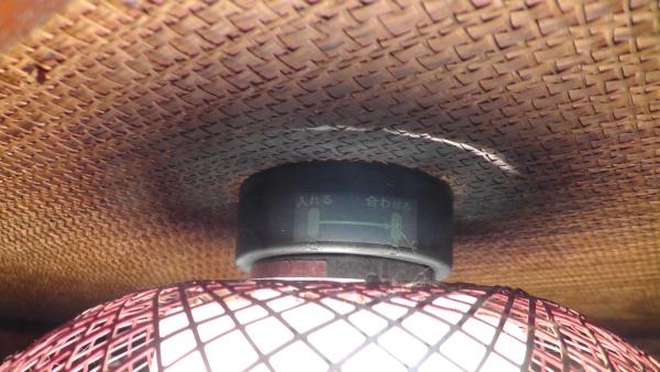 照明の上にある天井が黒ずんでいる