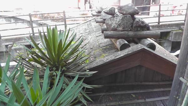 「つぼ湯」の小屋の上にある石