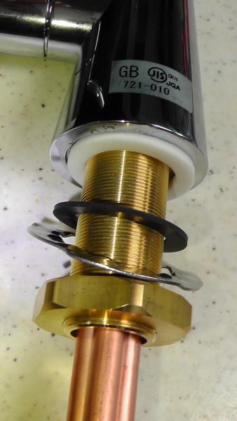 カクダイの浄水器用元止め水栓「721-010」の根元