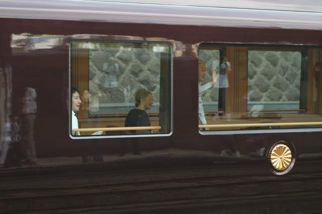 天皇皇后両陛下を乗せて.お召し列車が行く2