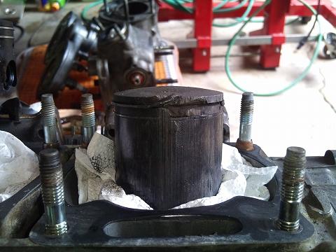 2013.04 3MAエンジン修理&CRM化粧直し 056(右ピストン側面のダメージ)