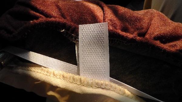 ヘッドレスト用カバーの面ファスナーが取扱説明書と異なる仕様
