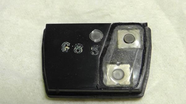 スイッチの防水フィルムに穴が開いている