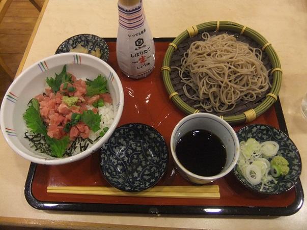 ファミール亀有駅前店の鮪のたたき丼と二八蕎麦1