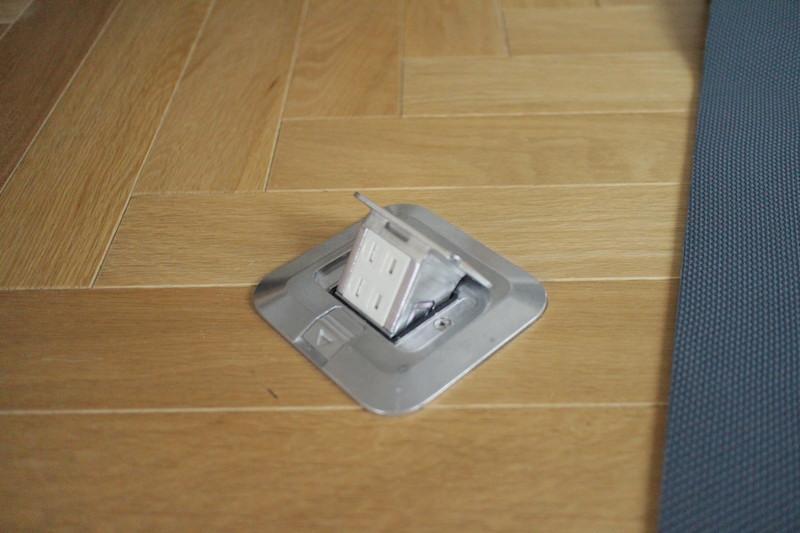 床のコンセント2.JPG