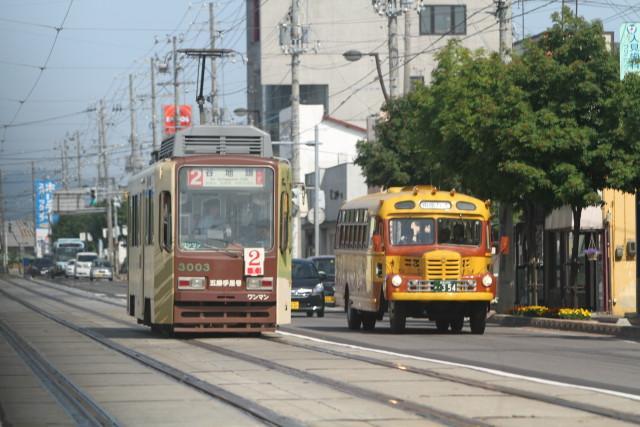 函館市電 100周年 花電車とボンネットバスのすれ違い3