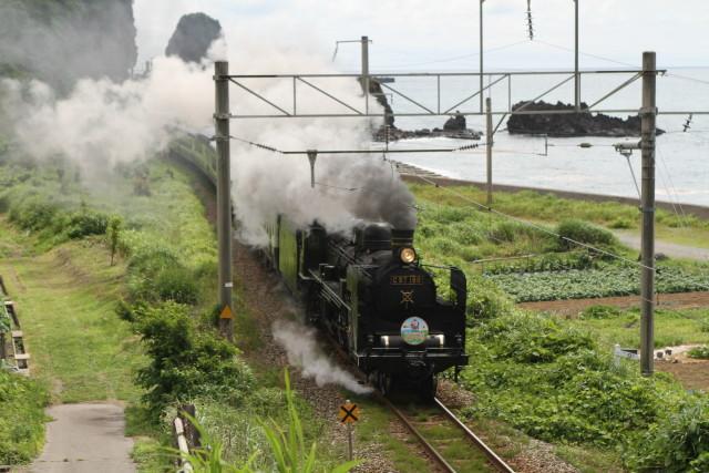 日本海沿いを 走りゆく C57 180