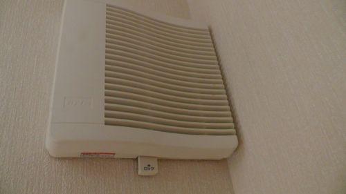 マックスの給気口VGK150SDFが壁ギリギリに設置されている