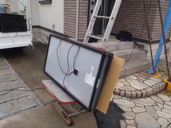 屋根から取り外された昭和シェルソーラーの太陽電池モジュールSC75-RT-A