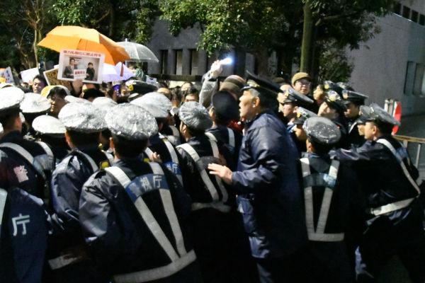 警察が歩道をブロック.jpg