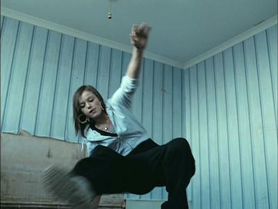 廃屋で一人踊るミア