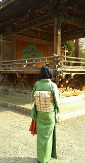 着物で根津神社.jpg