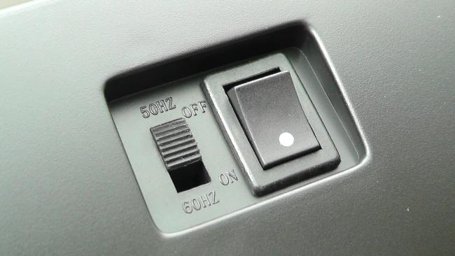 50Hzと60Hzの切り替えと電源スイッチ