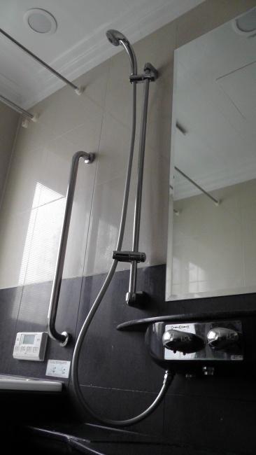 下のシャワーフックでシャワーホースを固定