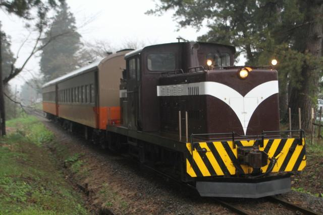 津軽鉄道 どしゃぶりの ストーブ列車が行く2