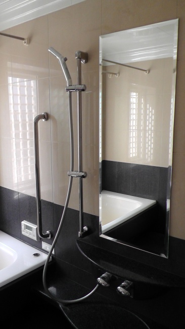 浴室の鏡が貼り替えられる
