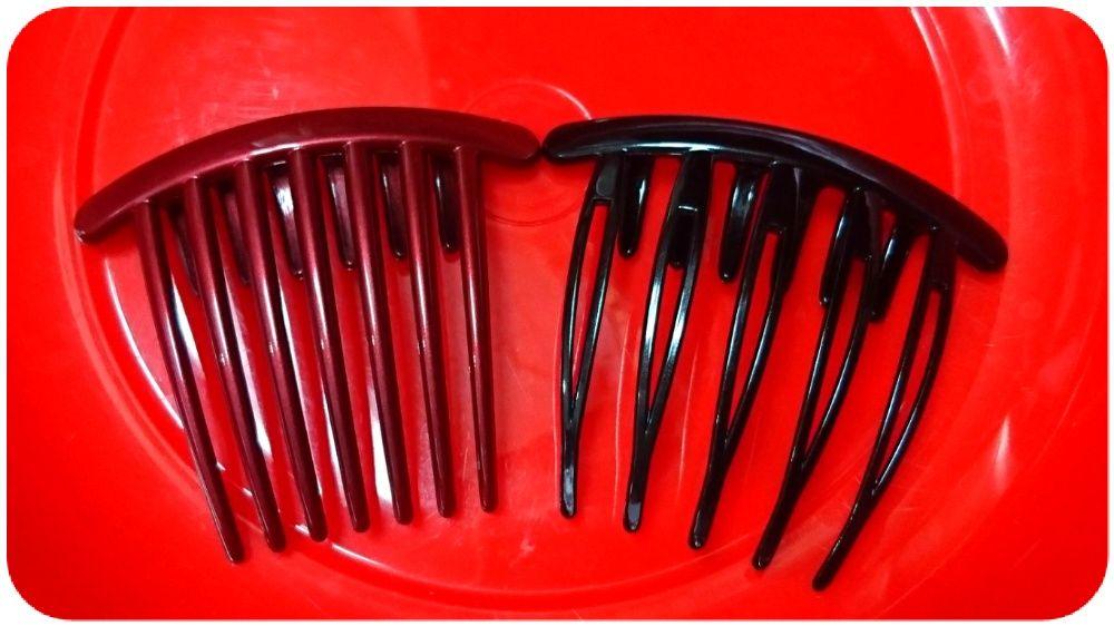 赤の洗面器の上で比較して、ワインレッドコームは渋め色