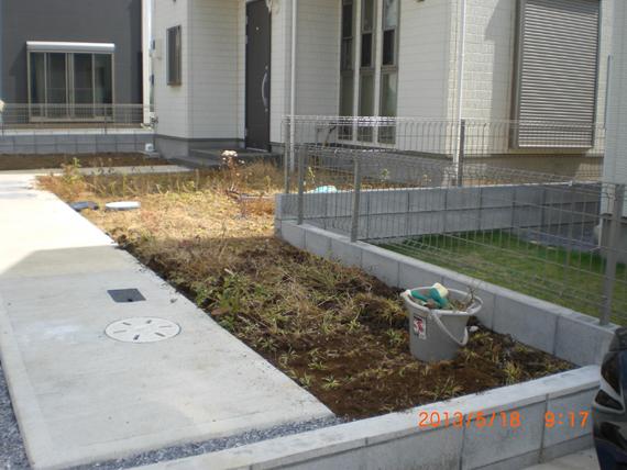 リアル人工芝は雑草対策でも活躍してます。
