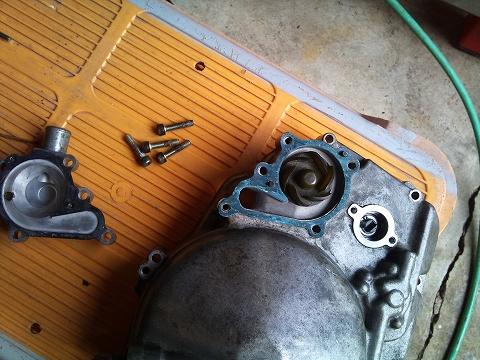 2013.04.24 3MAスペアエンジン修理 018(WPガスケット作成)