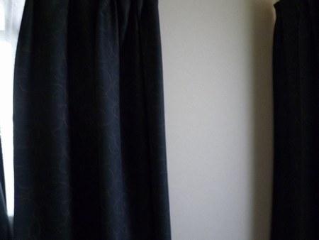 1寝室カーテン2450.jpg
