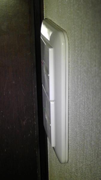 スイッチカバーがないので、ドア開閉時に接触しない