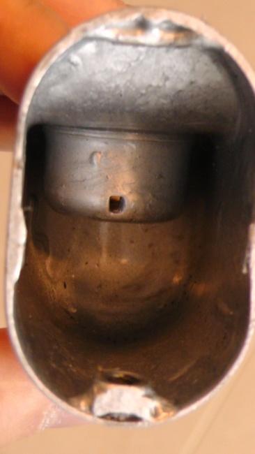 ポール固定用金具の内側