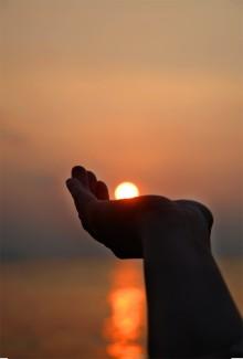 手のひらに夕日